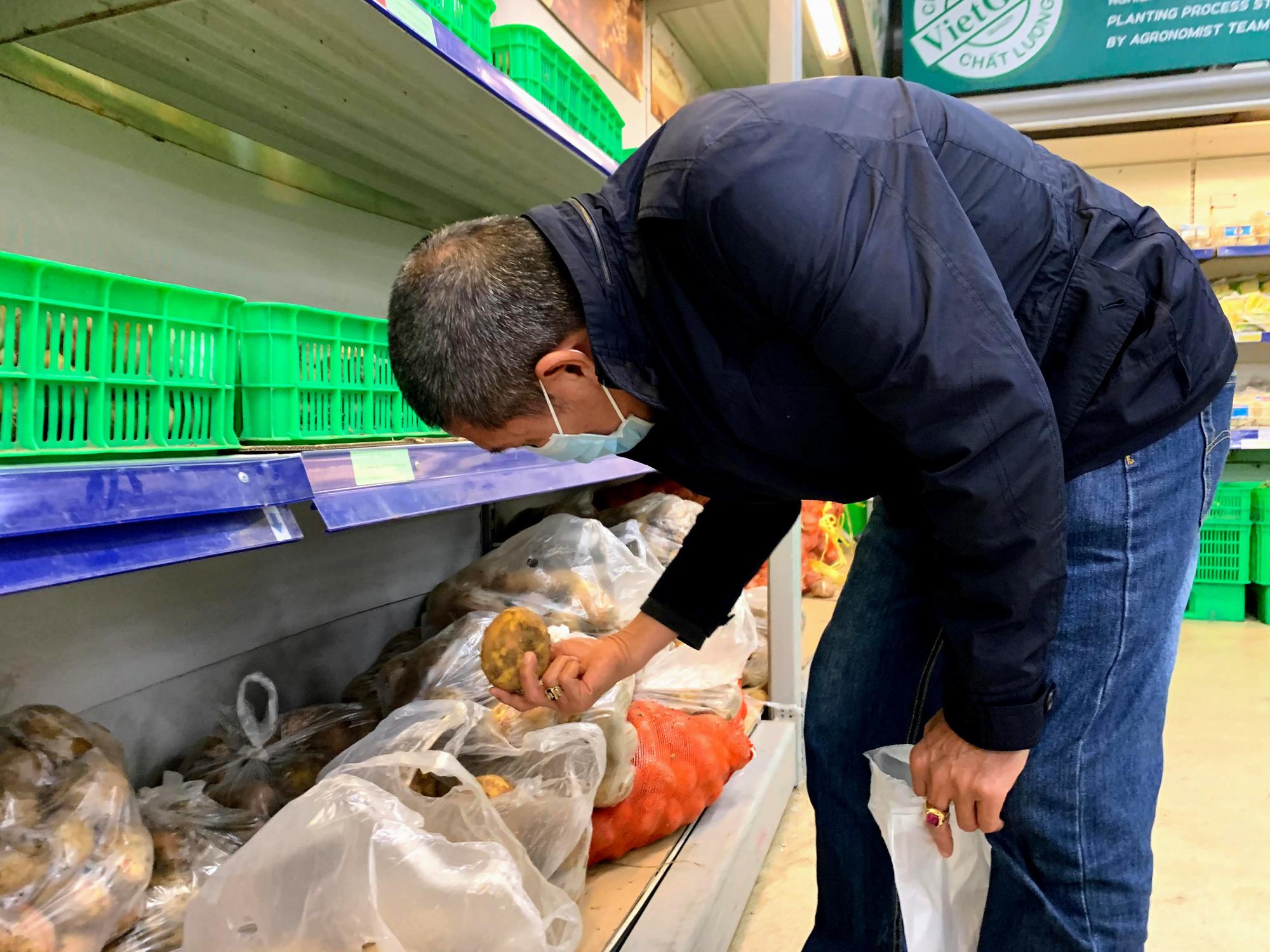 17 người nhiễm Covid - 19 được chữa khỏi, người dân lạc quan quay trở lại mua sắm trong siêu thị, trung tâm thương mại - Ảnh 8.
