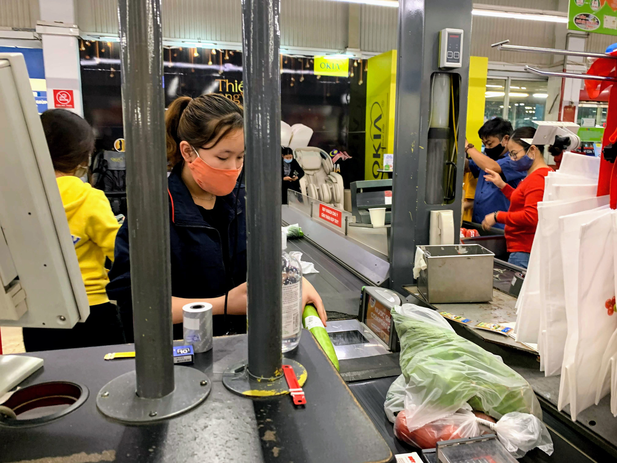 17 người nhiễm Covid - 19 được chữa khỏi, người dân lạc quan quay trở lại mua sắm trong siêu thị, trung tâm thương mại - Ảnh 3.