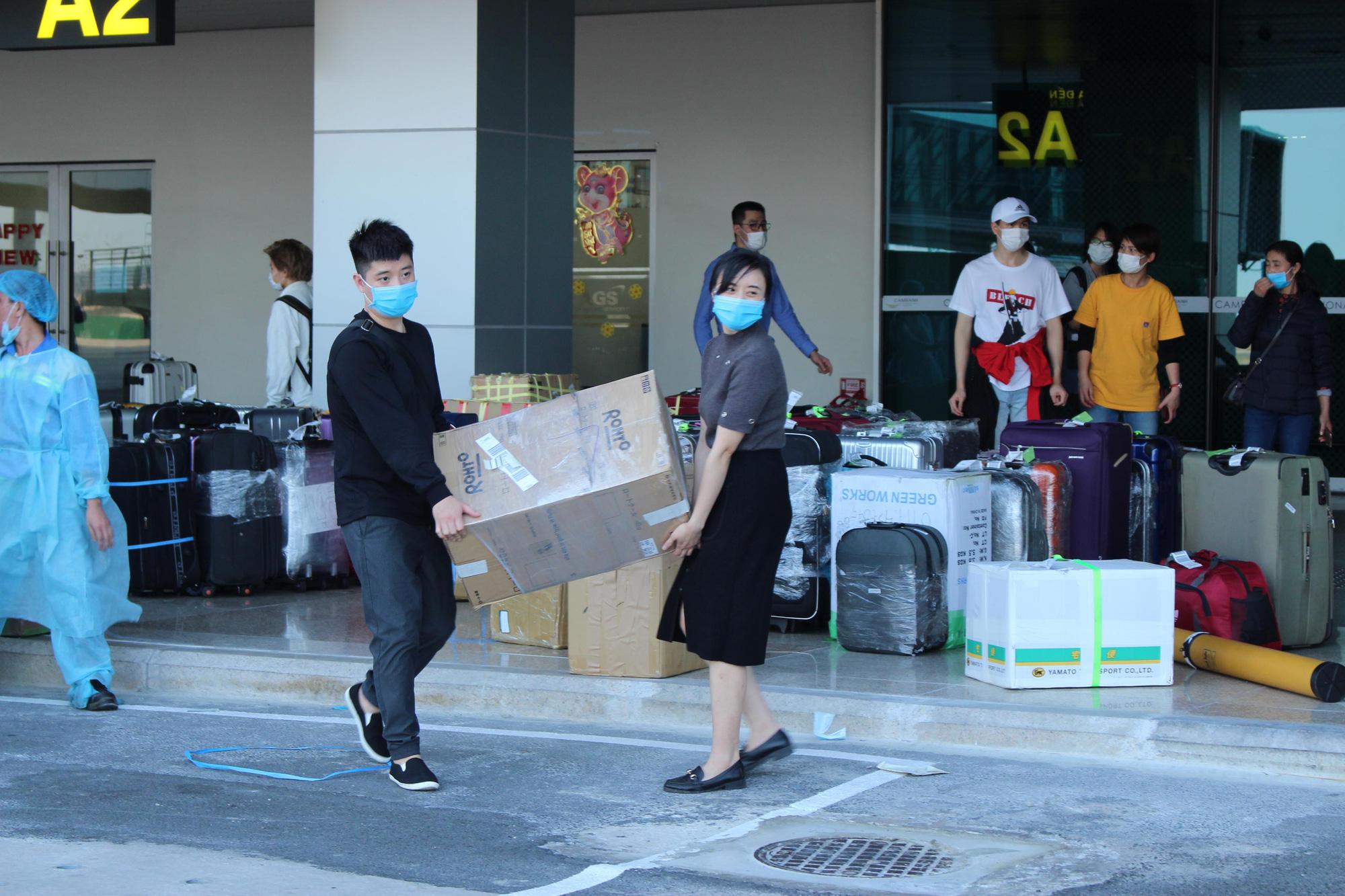 Sân bay Cam Ranh đón 412 công dân Việt Nam từ Nhật Bản về nước - Ảnh 4.