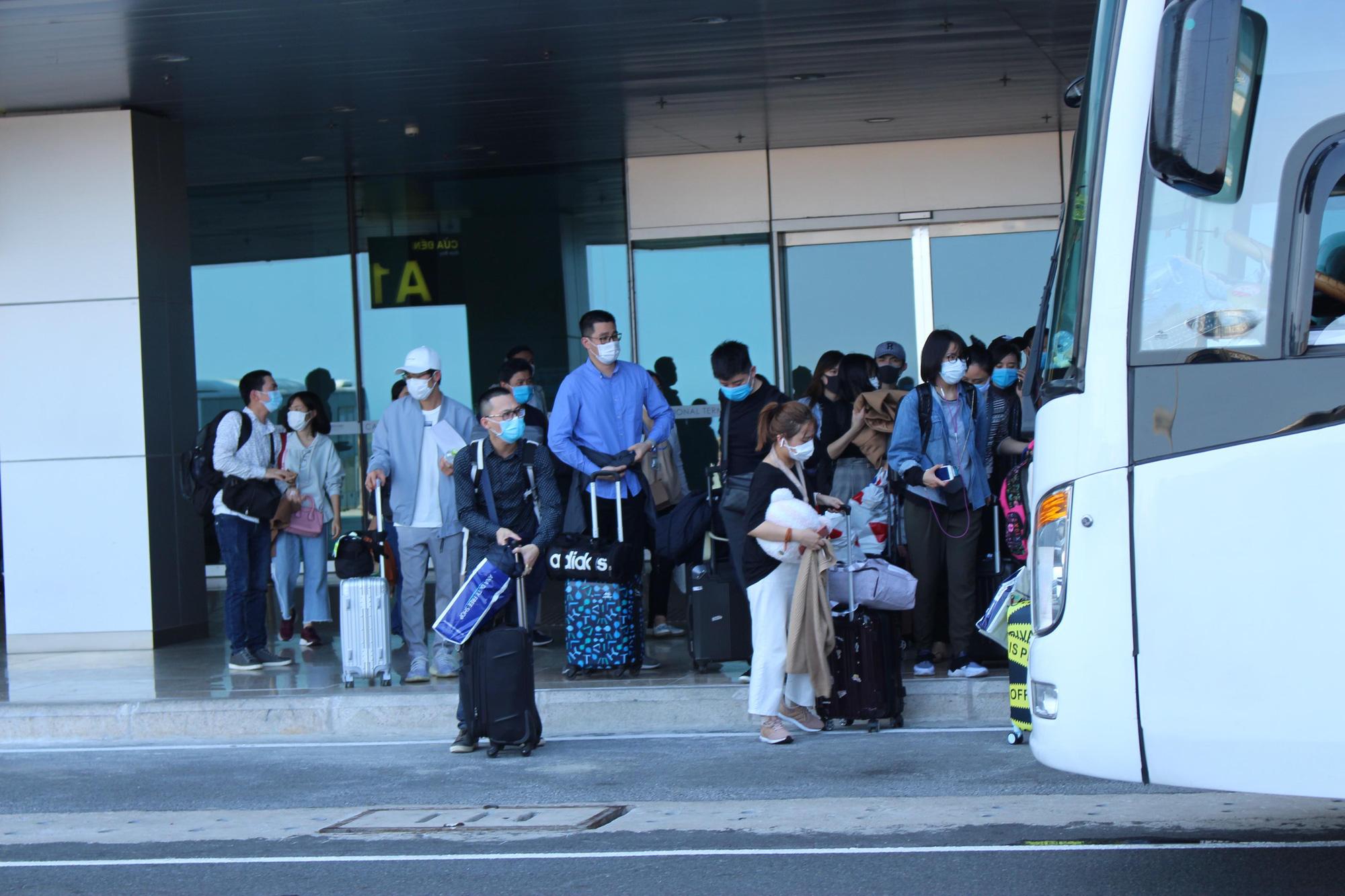 Sân bay Cam Ranh đón 412 công dân Việt Nam từ Nhật Bản về nước - Ảnh 5.