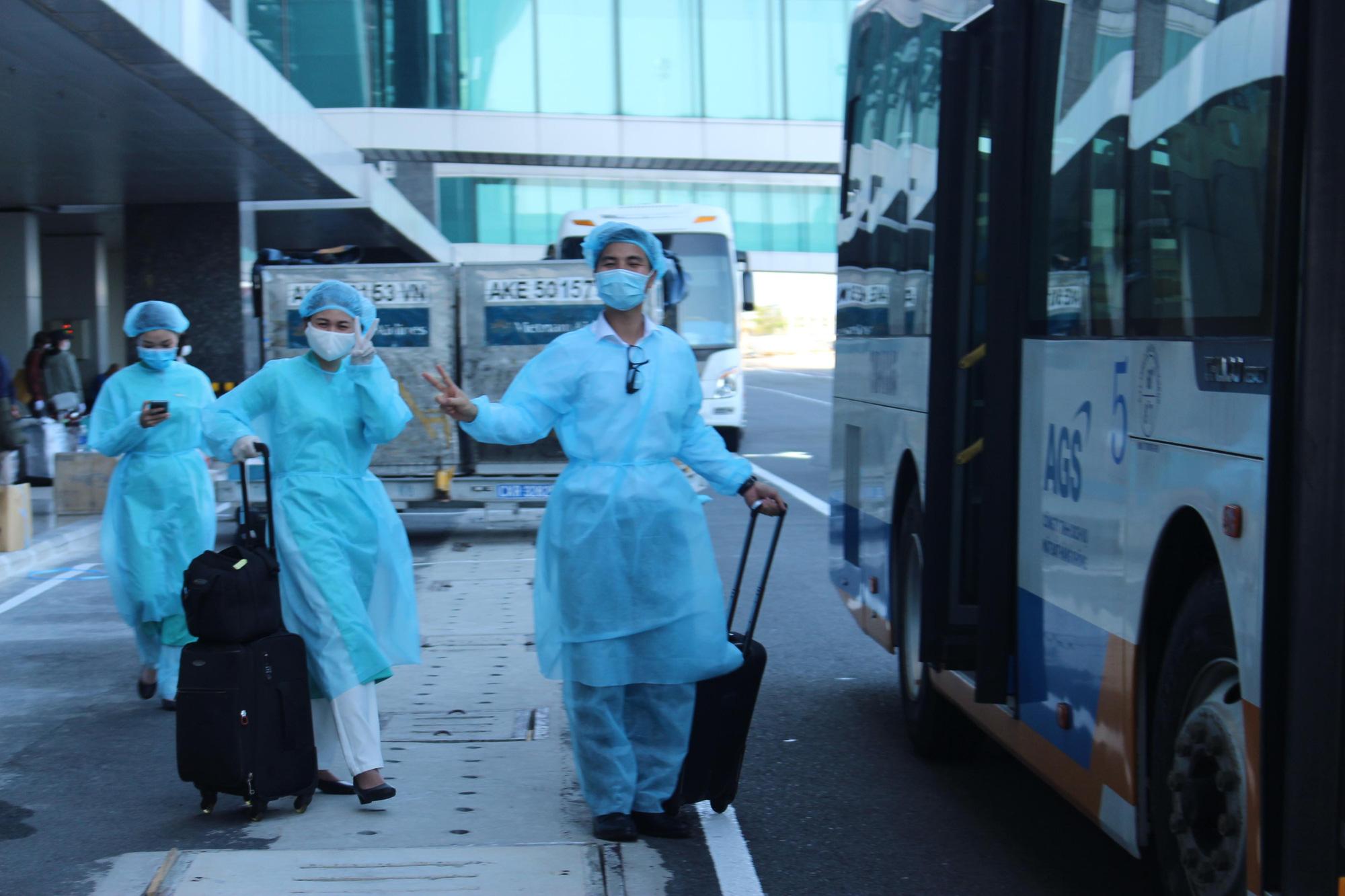 Sân bay Cam Ranh đón 412 công dân Việt Nam từ Nhật Bản về nước - Ảnh 7.
