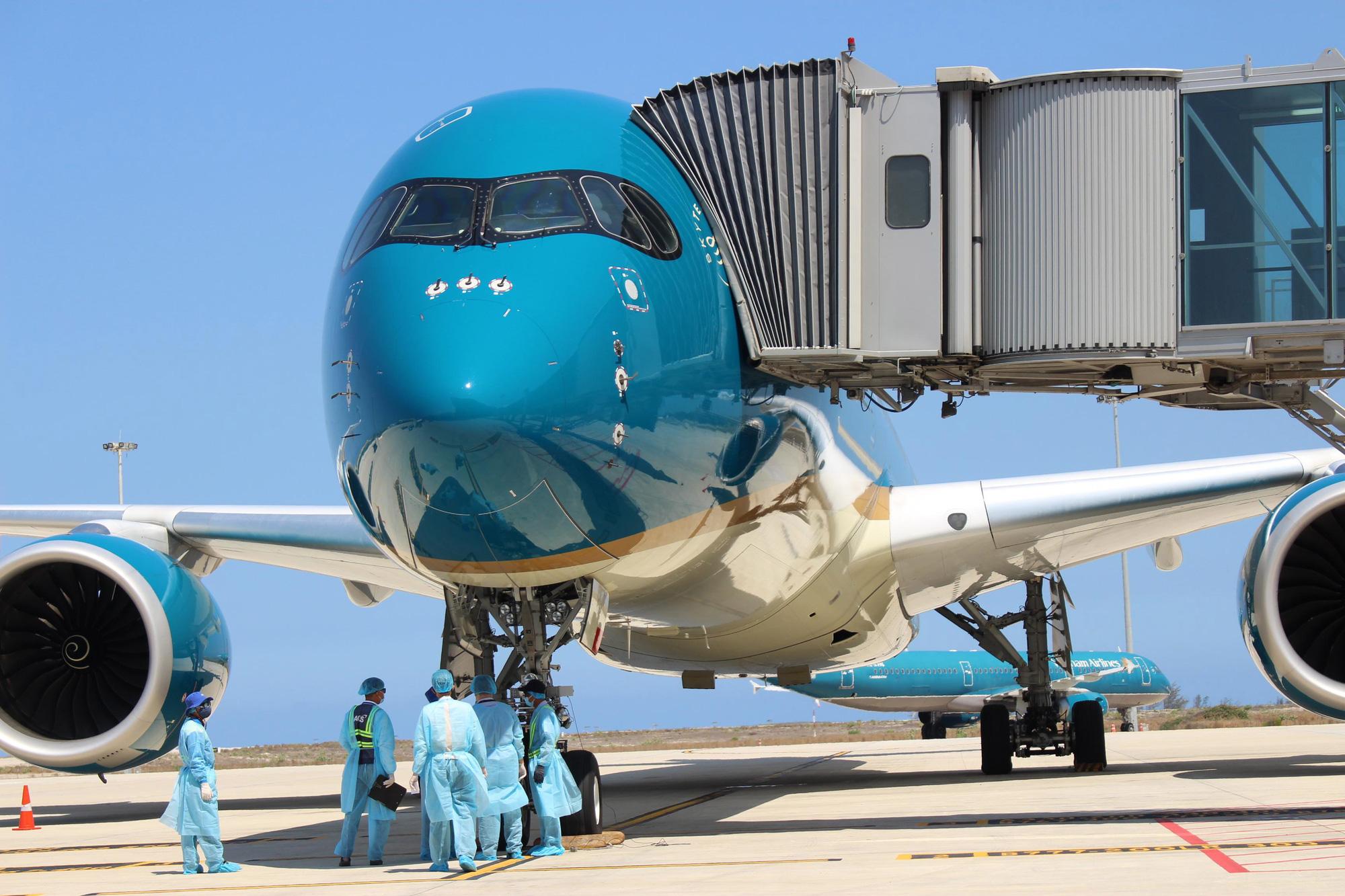 Sân bay Cam Ranh đón 412 công dân Việt Nam từ Nhật Bản về nước - Ảnh 1.