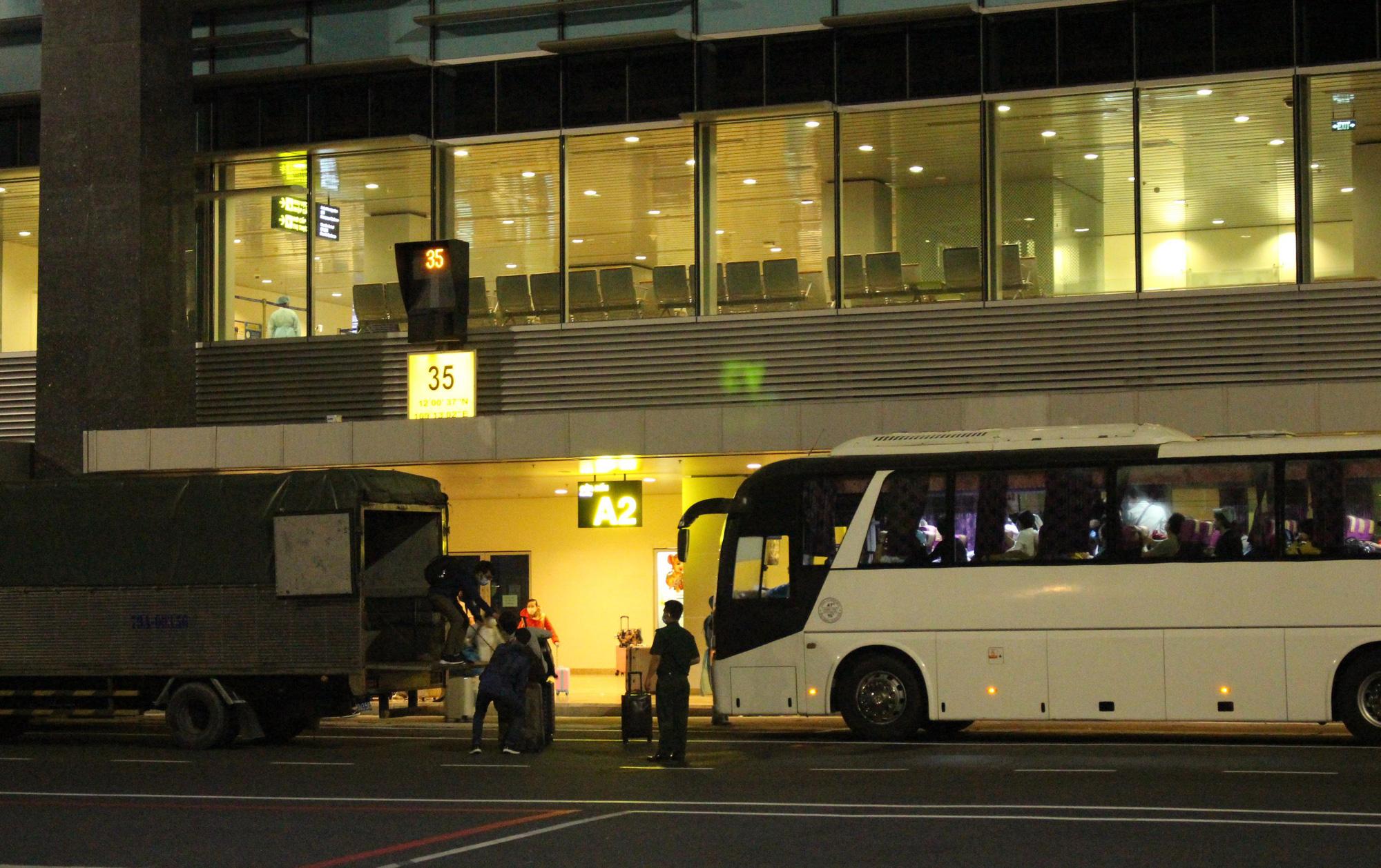 Sân bay Cam Ranh đón 412 công dân Việt Nam từ Nhật Bản về nước - Ảnh 13.