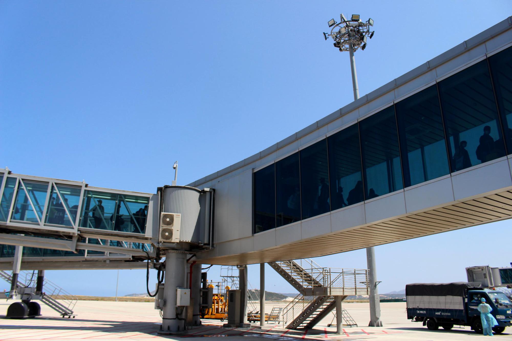 Sân bay Cam Ranh đón 412 công dân Việt Nam từ Nhật Bản về nước - Ảnh 2.