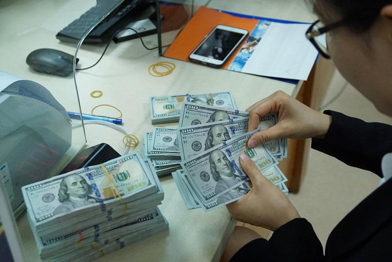 Giá USD vọt tăng hơn 23.600, Ngân hàng Nhà nước khẳng định sẵn sàng bán giá thấp, can thiệp thị trường khi cần thiết - Ảnh 2.