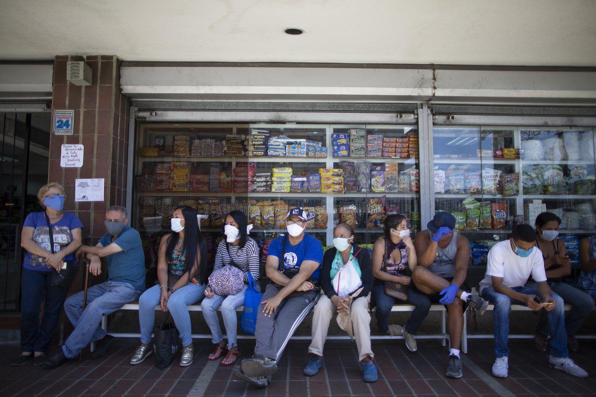 Sau phong tỏa toàn quốc, Venezuela cấm doanh nghiệp sa thải nhân viên và hoãn thanh toán nợ tín dụng - Ảnh 1.