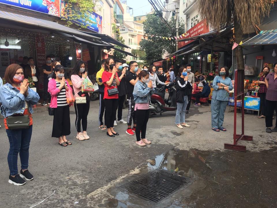 Người dân Hà Nội vẫn chen chân đi lễ Phủ Tây Hồ trong dịch Covid-19 - Ảnh 9.