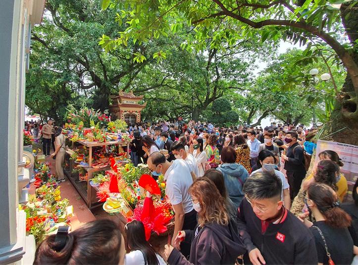 Người dân Hà Nội vẫn chen chân đi lễ Phủ Tây Hồ trong dịch Covid-19 - Ảnh 2.