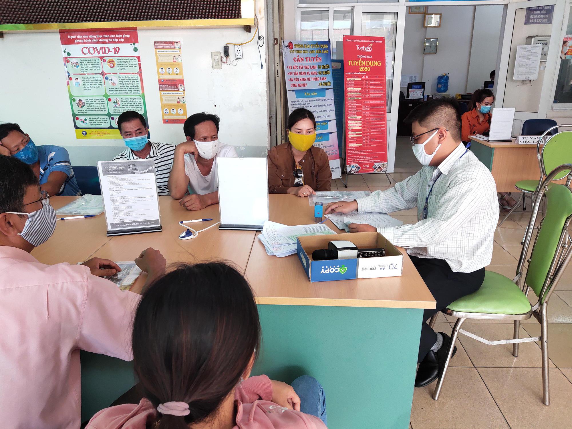 Khánh Hòa: Hàng nghìn lao động mất việc, nhân viên Trung tâm Dịch vụ việc làm mướt mồ hôi giải quyết hồ sơ - Ảnh 5.