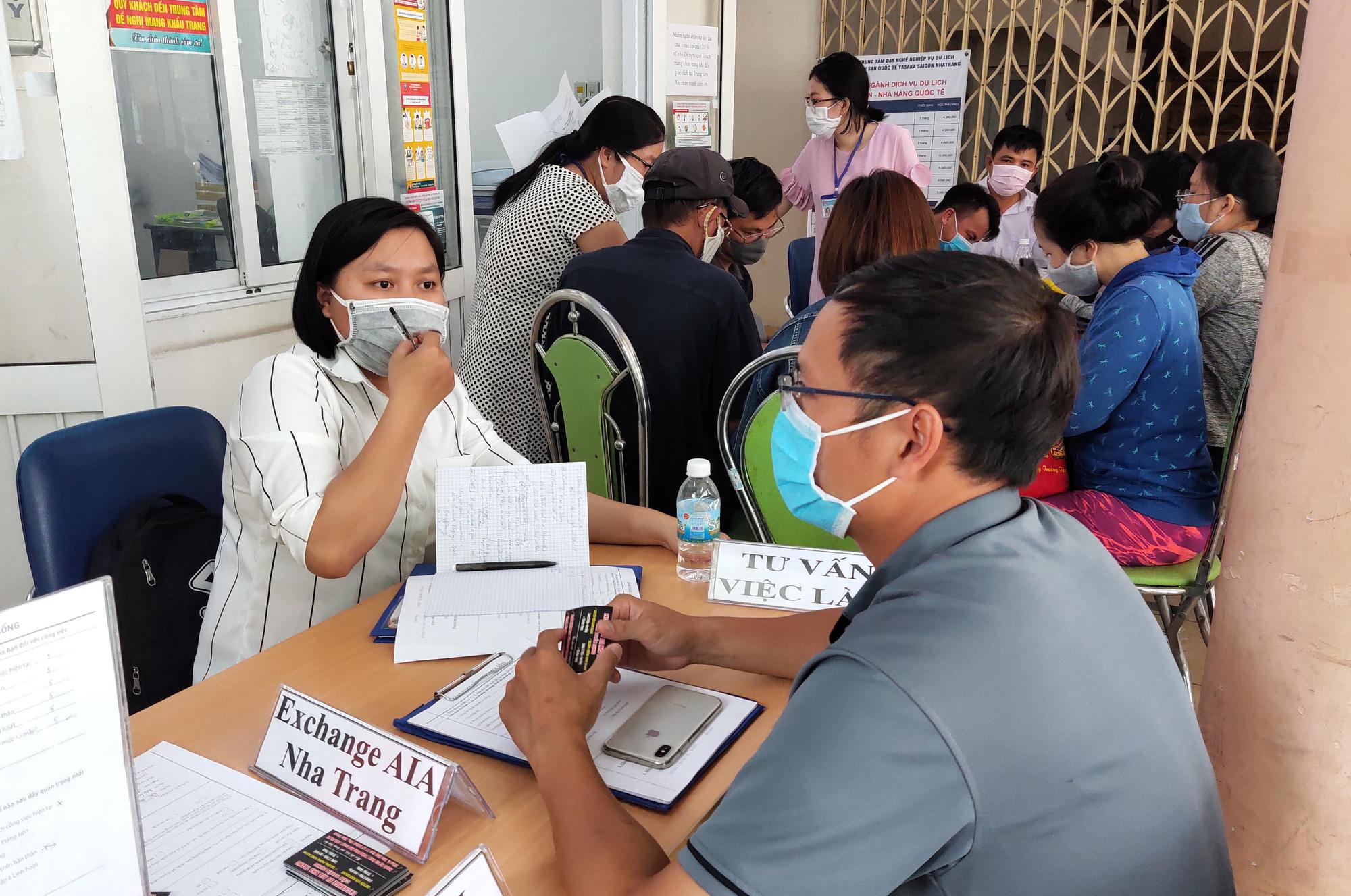Khánh Hòa: Hàng nghìn lao động mất việc, nhân viên Trung tâm Dịch vụ việc làm mướt mồ hôi giải quyết hồ sơ - Ảnh 3.
