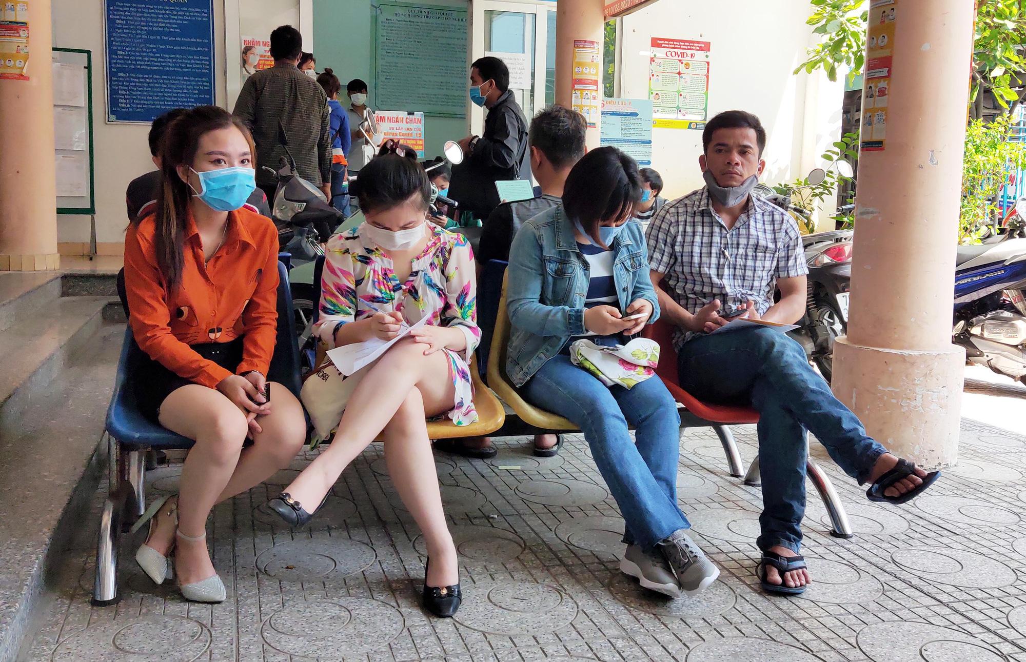 Khánh Hòa: Hàng nghìn lao động mất việc, nhân viên Trung tâm Dịch vụ việc làm mướt mồ hôi giải quyết hồ sơ - Ảnh 2.