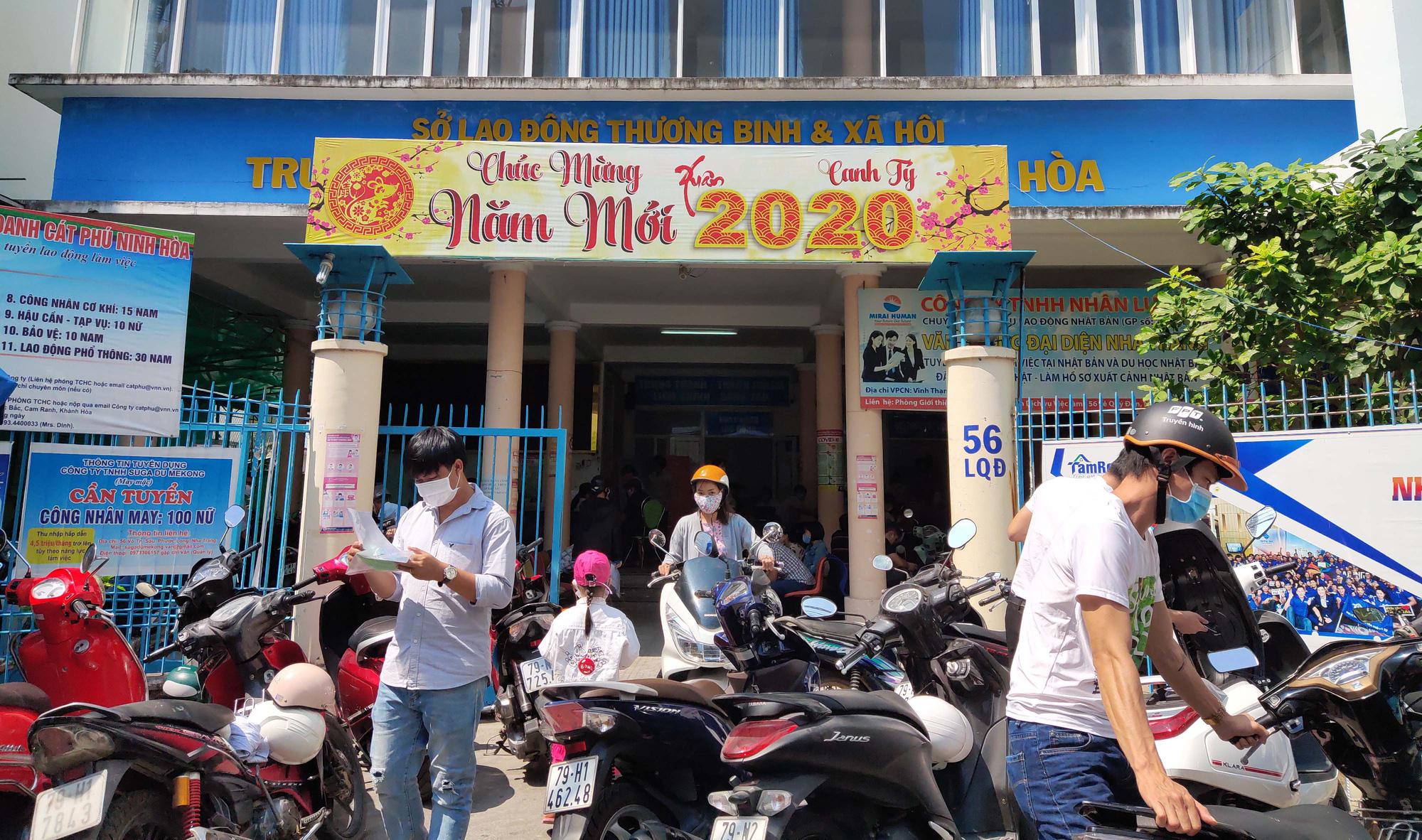 Khánh Hòa: Hàng nghìn lao động mất việc, nhân viên Trung tâm Dịch vụ việc làm mướt mồ hôi giải quyết hồ sơ - Ảnh 1.