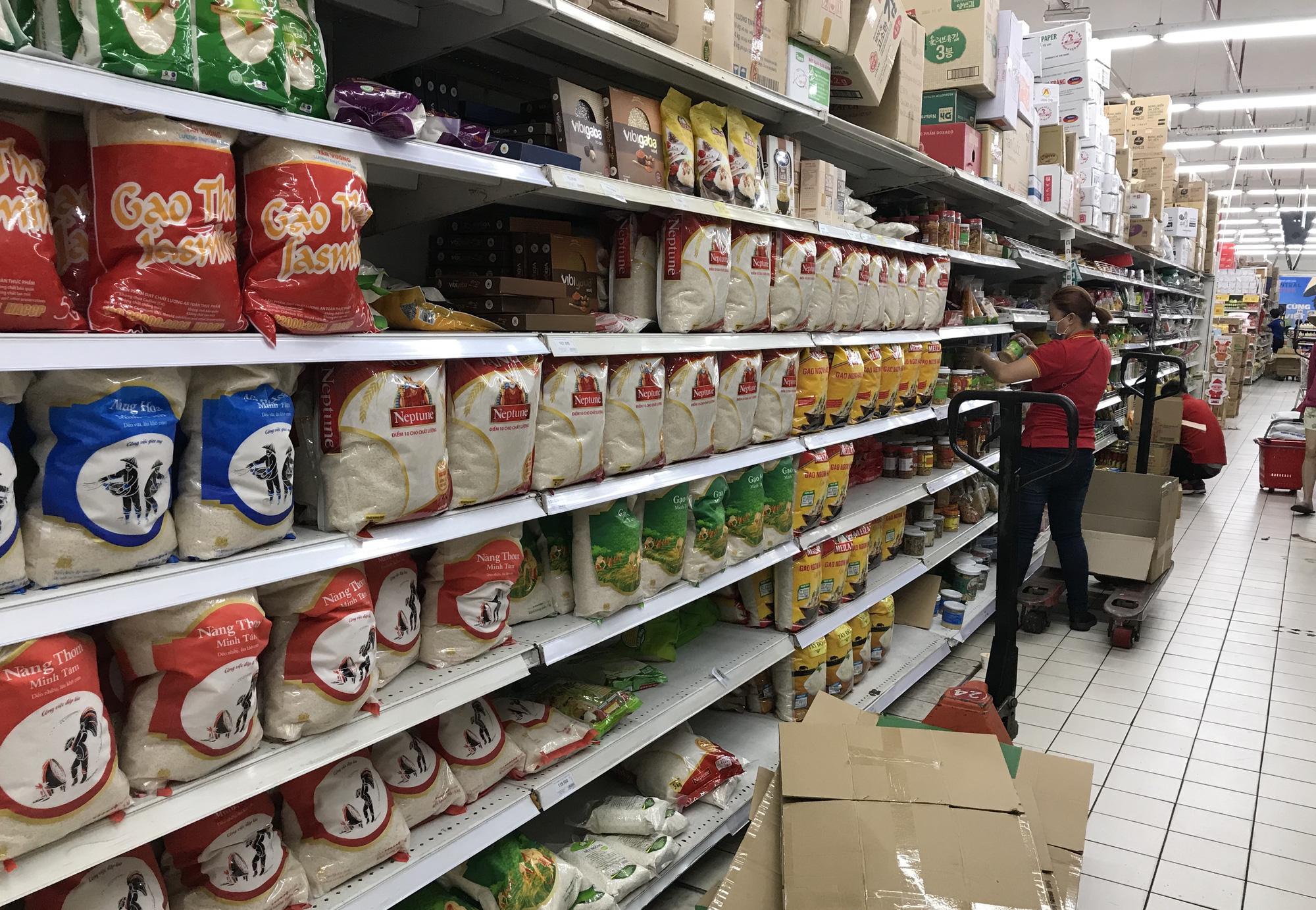 Thủ tướng yêu cầu Hà Nội, TP HCM sẵn sàng mọi phương án cách li, đủ lương thực trong mọi tình huống - Ảnh 1.