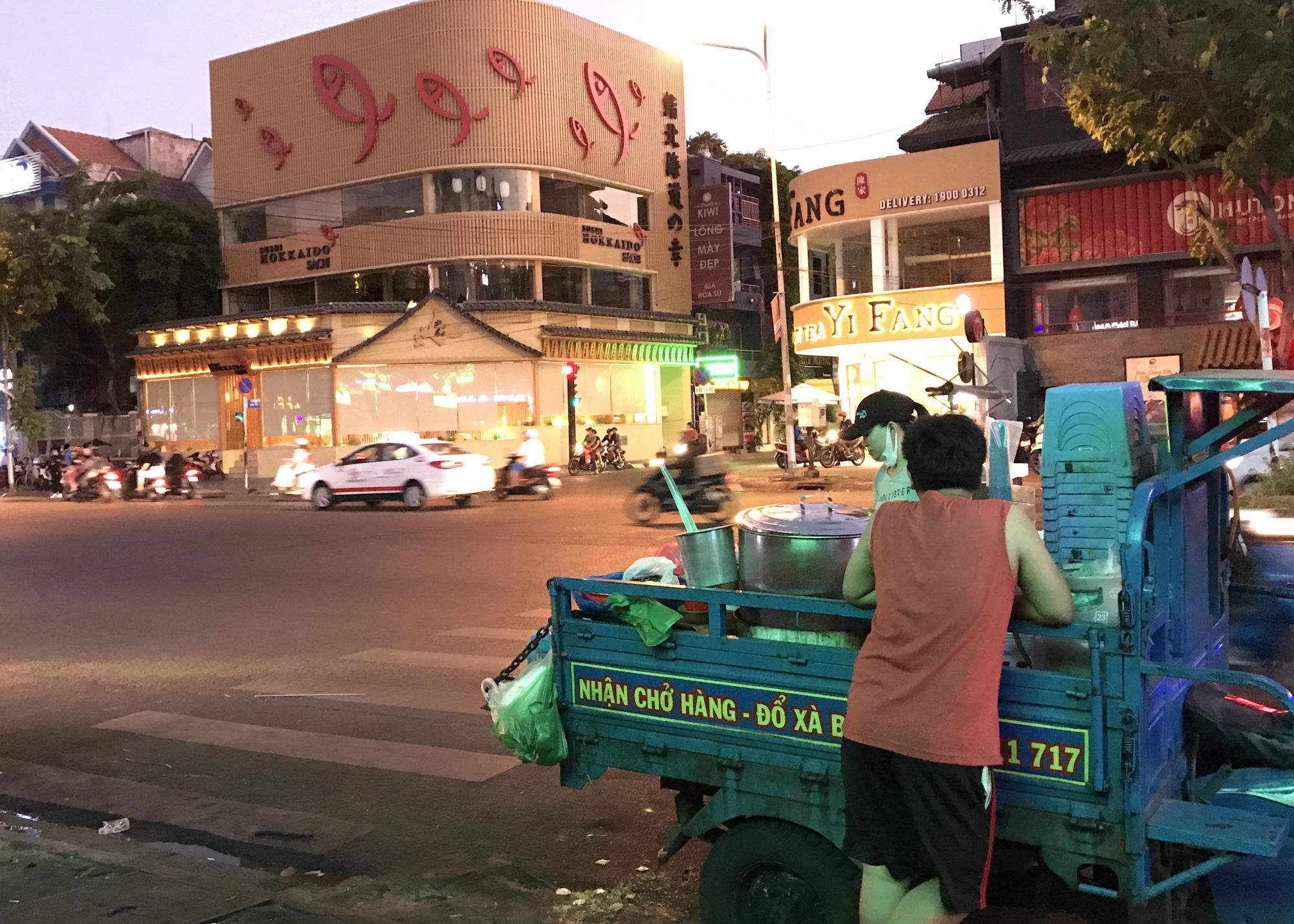 Nhà hàng, quán ăn Sài Gòn vội vàng đóng cửa phòng Covid-19 sau quyết định của UBND TP - Ảnh 5.