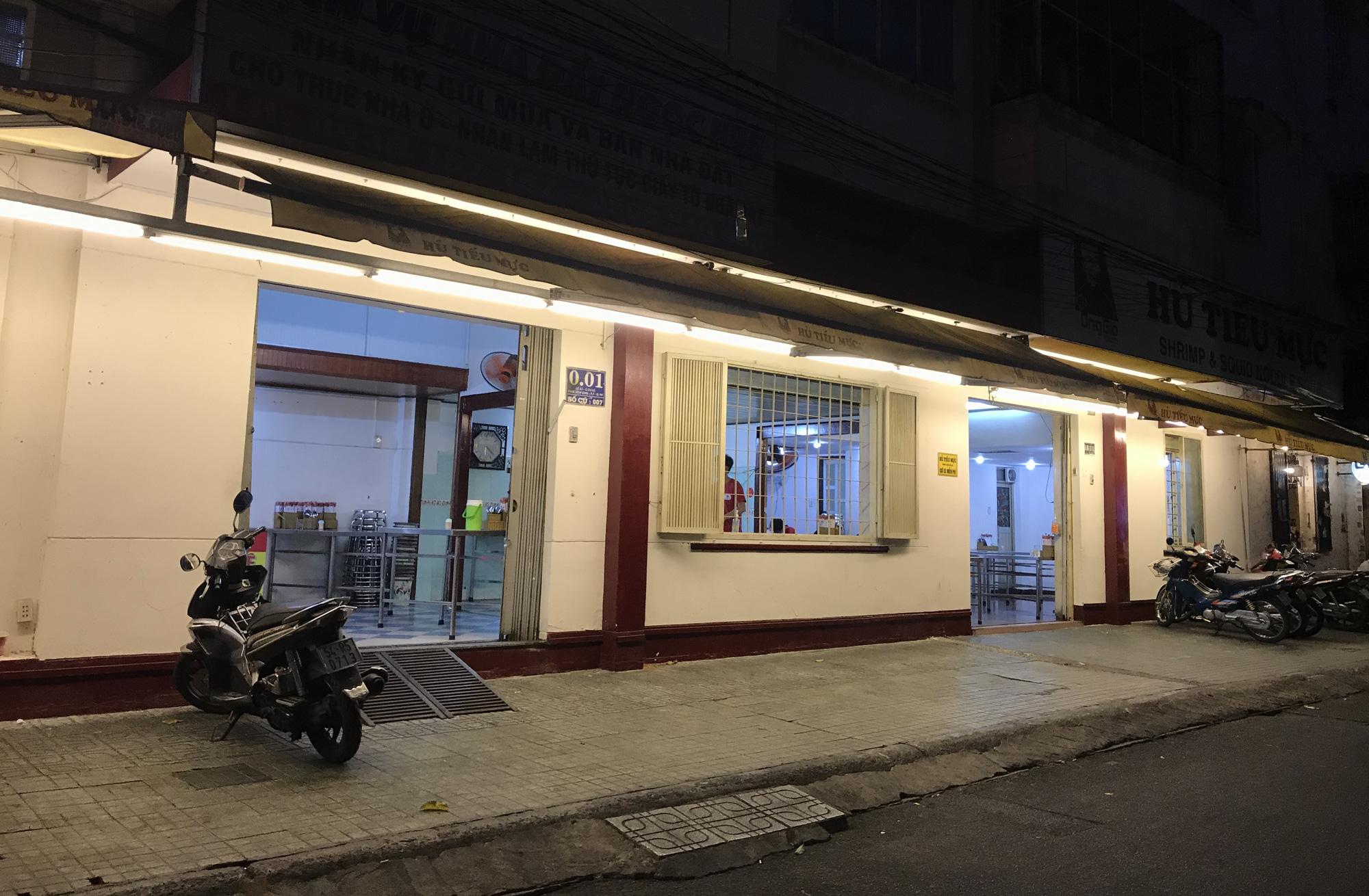 Nhà hàng, quán ăn Sài Gòn vội vàng đóng cửa phòng Covid-19 sau quyết định của UBND TP - Ảnh 1.