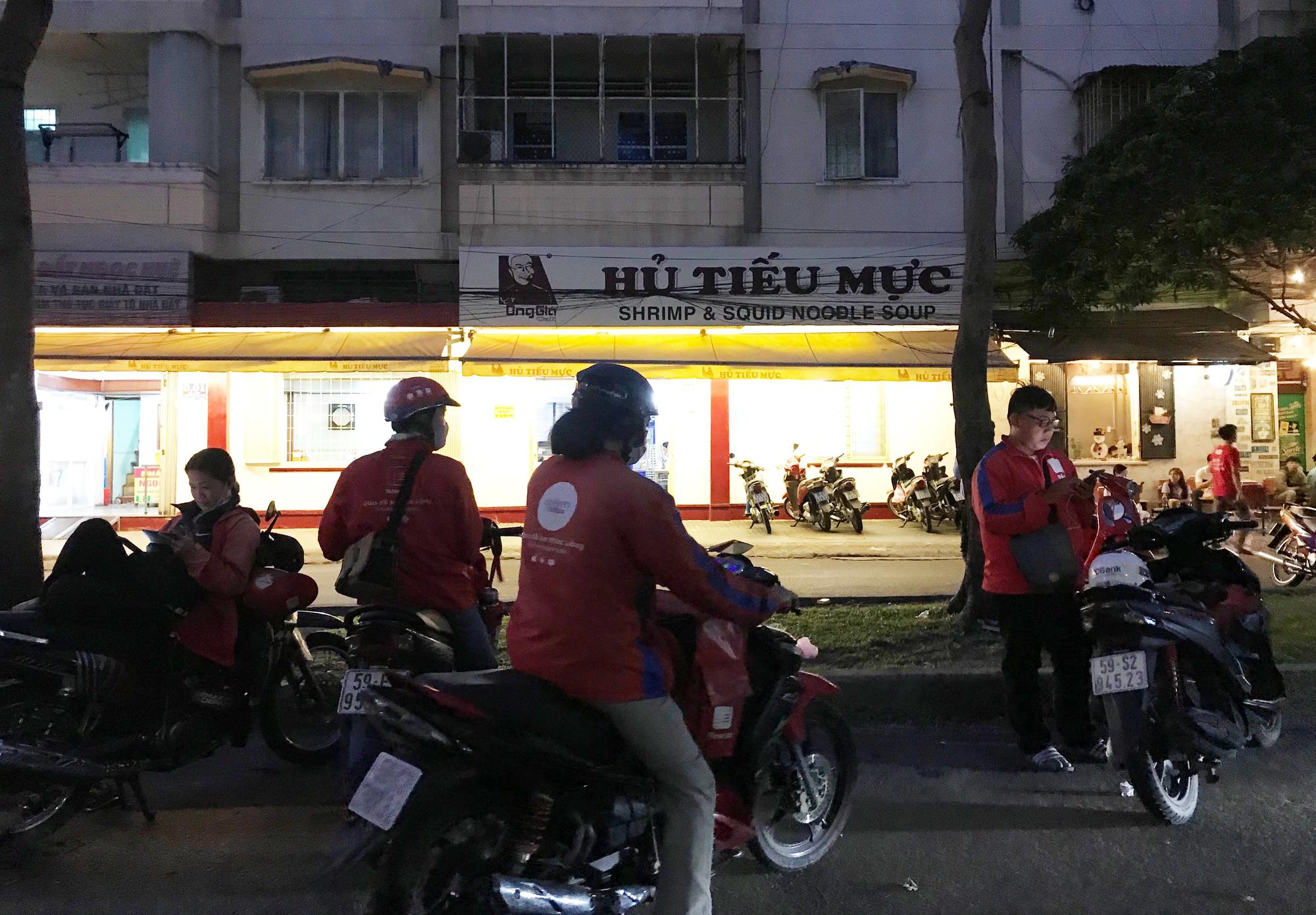Nhà hàng, quán ăn Sài Gòn vội vàng đóng cửa phòng Covid-19 sau quyết định của UBND TP - Ảnh 12.