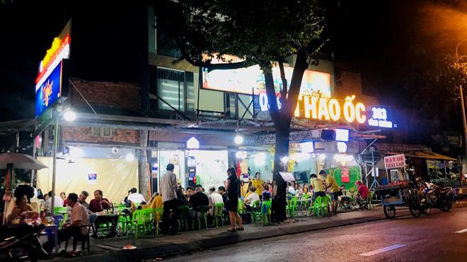 Hơn 2 tiếng sau 'lệnh cấm', phố ẩm thực Vĩnh Khánh vẫn sáng đèn nhộn nhịp - Ảnh 3.