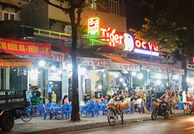Hơn 2 tiếng sau 'lệnh cấm', phố ẩm thực Vĩnh Khánh vẫn sáng đèn nhộn nhịp - Ảnh 5.
