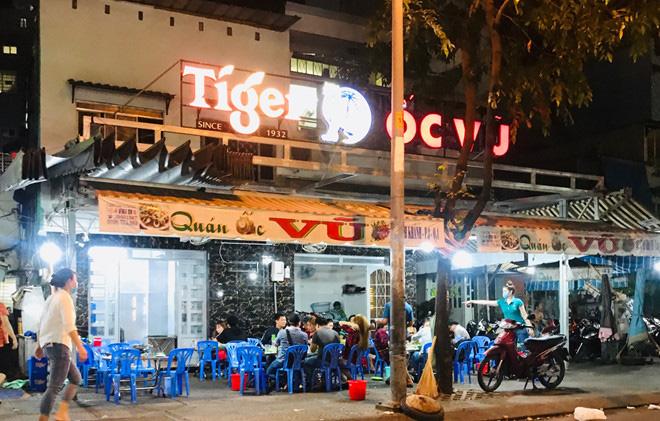 Hơn 2 tiếng sau 'lệnh cấm', phố ẩm thực Vĩnh Khánh vẫn sáng đèn nhộn nhịp - Ảnh 4.