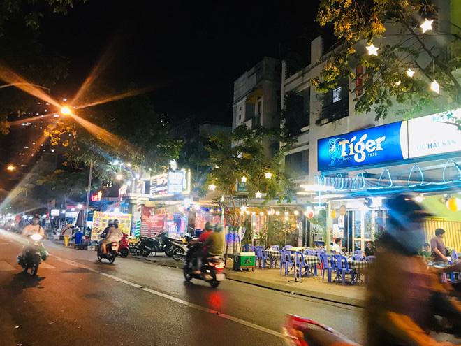 Hơn 2 tiếng sau 'lệnh cấm', phố ẩm thực Vĩnh Khánh vẫn sáng đèn nhộn nhịp - Ảnh 12.