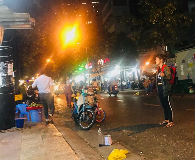 Hơn 2 tiếng sau 'lệnh cấm', phố ẩm thực Vĩnh Khánh vẫn sáng đèn nhộn nhịp - Ảnh 10.