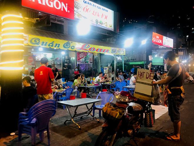 Hơn 2 tiếng sau 'lệnh cấm', phố ẩm thực Vĩnh Khánh vẫn sáng đèn nhộn nhịp - Ảnh 8.