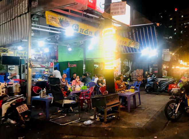 Hơn 2 tiếng sau 'lệnh cấm', phố ẩm thực Vĩnh Khánh vẫn sáng đèn nhộn nhịp - Ảnh 7.