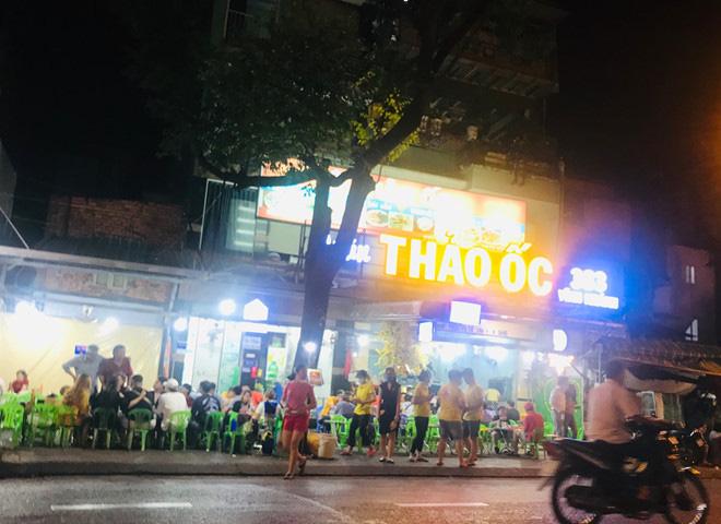Hơn 2 tiếng sau 'lệnh cấm', phố ẩm thực Vĩnh Khánh vẫn sáng đèn nhộn nhịp - Ảnh 2.