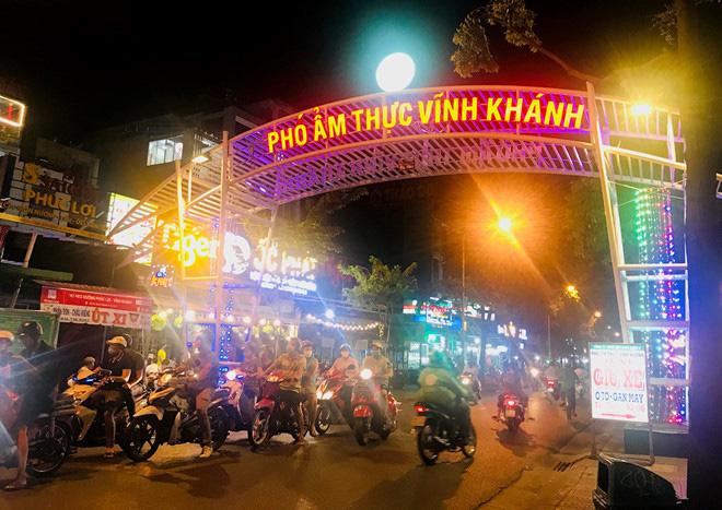 Hơn 2 tiếng sau 'lệnh cấm', phố ẩm thực Vĩnh Khánh vẫn sáng đèn nhộn nhịp - Ảnh 1.