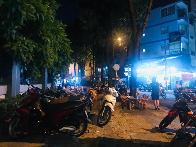 Hơn 2 tiếng sau 'lệnh cấm', phố ẩm thực Vĩnh Khánh vẫn sáng đèn nhộn nhịp - Ảnh 15.