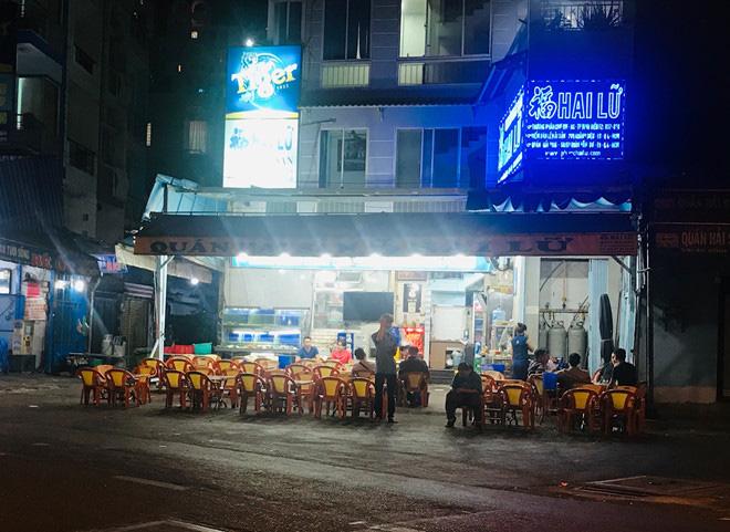 Hơn 2 tiếng sau 'lệnh cấm', phố ẩm thực Vĩnh Khánh vẫn sáng đèn nhộn nhịp - Ảnh 14.