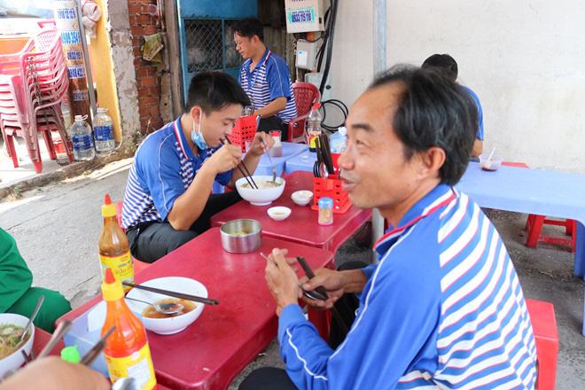 Sau lệnh đóng cửa hàng quán ở TP HCM: Dân văn phòng ăn cơm trưa thế nào? - Ảnh 5.
