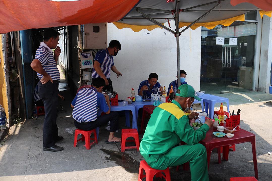 Sau lệnh đóng cửa hàng quán ở TP HCM: Dân văn phòng ăn cơm trưa thế nào? - Ảnh 1.