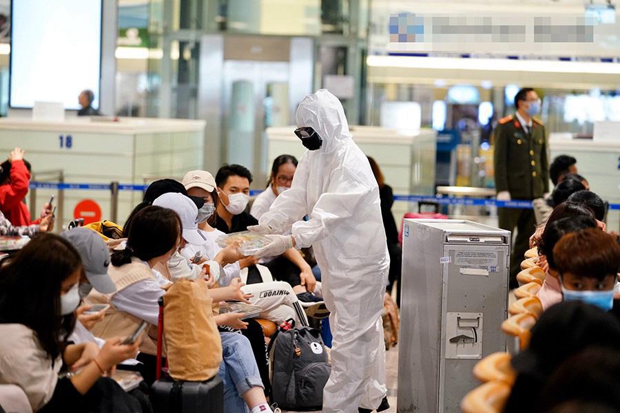 Sân bay Nội Bài dừng đón người Việt Nam về nước - Ảnh 1.