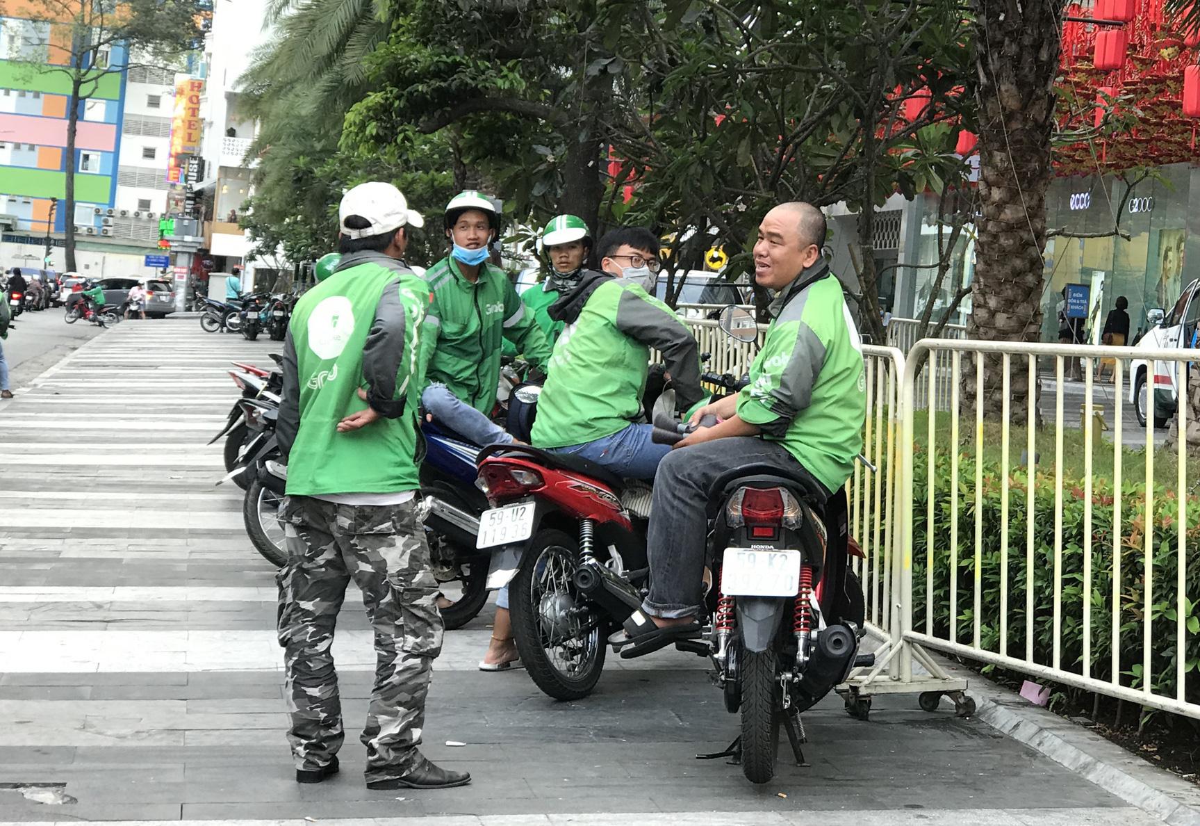 Ngày đầu tiên sau lệnh cấm mở cửa, hàng quán Sài Gòn tích cực chuyển sang bán online, giao hàng tận nơi  - Ảnh 2.