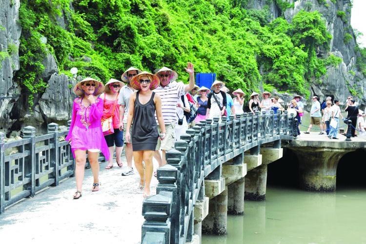 Quảng Ninh tiếp tục dừng đón khách tham quan đến ngày 15/4 - Ảnh 1.