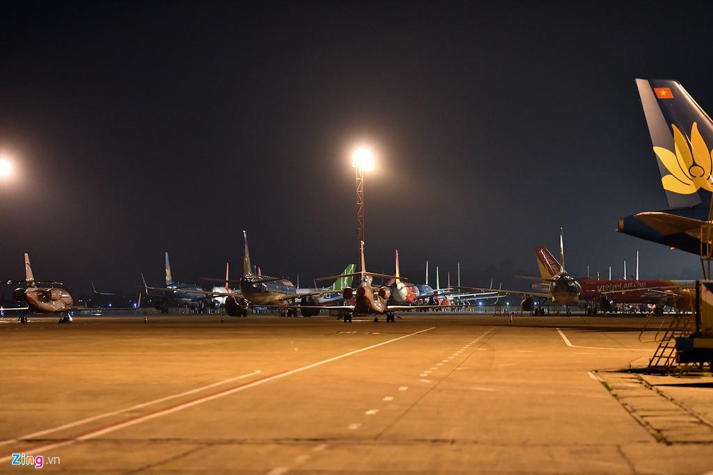 Máy bay Việt chen nhau tại bãi đỗ sân bay Nội Bài - Ảnh 1.
