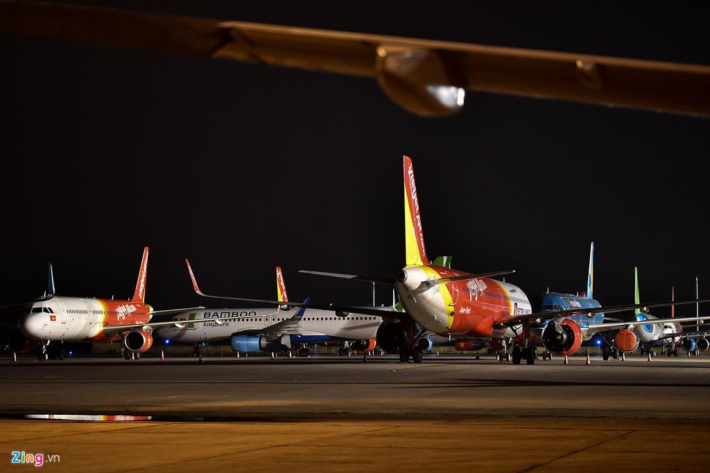Máy bay Việt chen nhau tại bãi đỗ sân bay Nội Bài - Ảnh 2.
