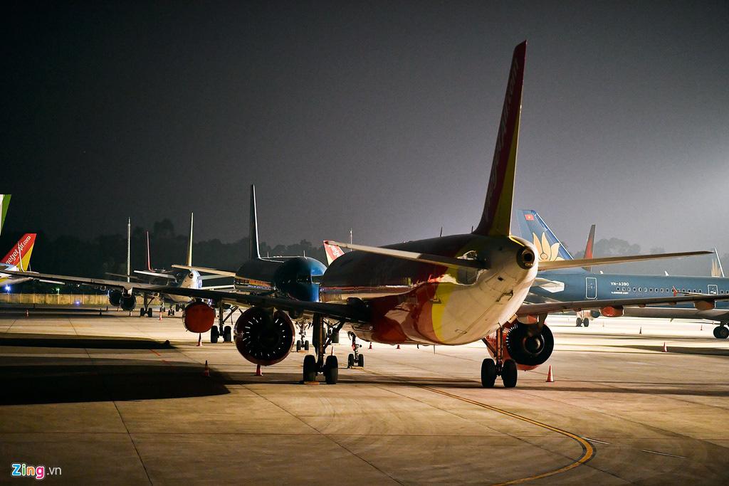 Máy bay Việt chen nhau tại bãi đỗ sân bay Nội Bài - Ảnh 3.