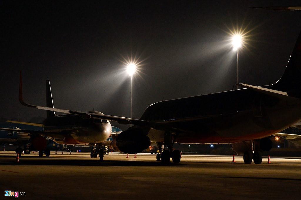 Máy bay Việt chen nhau tại bãi đỗ sân bay Nội Bài - Ảnh 4.