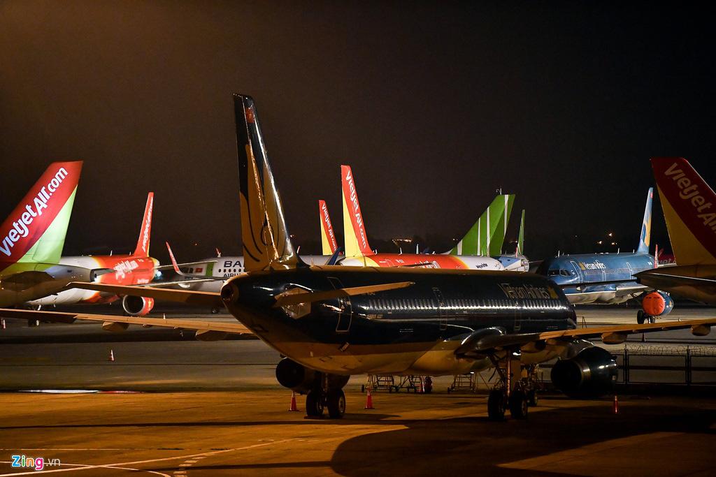 Máy bay Việt chen nhau tại bãi đỗ sân bay Nội Bài - Ảnh 5.