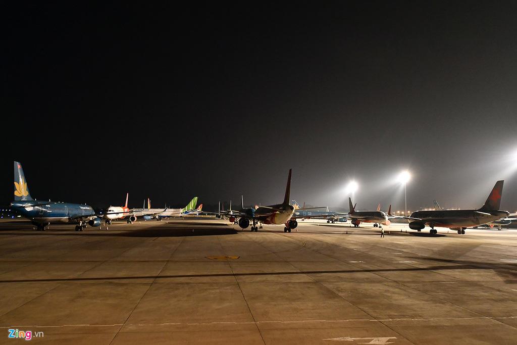 Máy bay Việt chen nhau tại bãi đỗ sân bay Nội Bài - Ảnh 6.