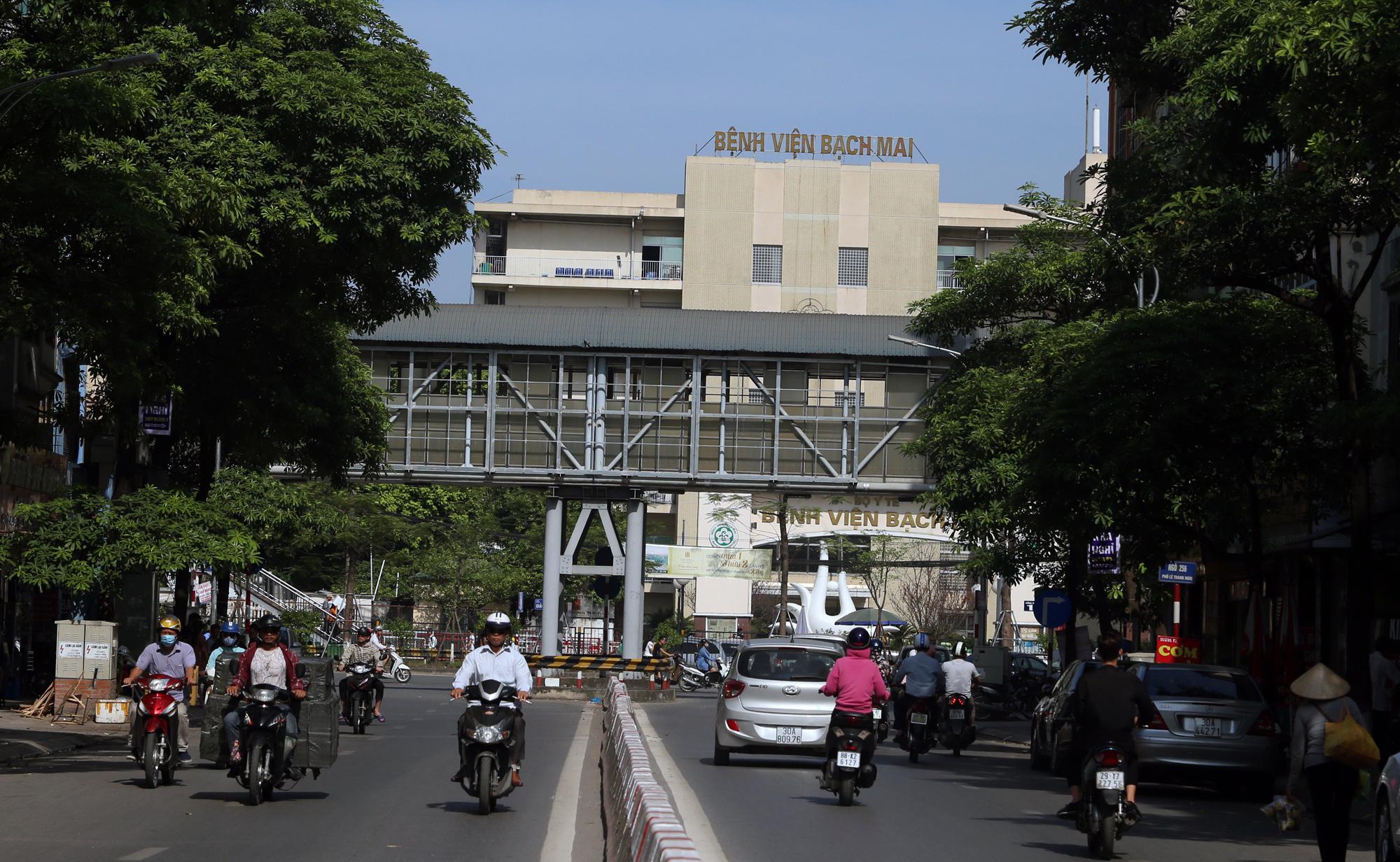 Kiểm soát người ra vào bệnh viện Bạch Mai sau khi phát hiện nhiều ca nhiễm Covid-19 - Ảnh 1.