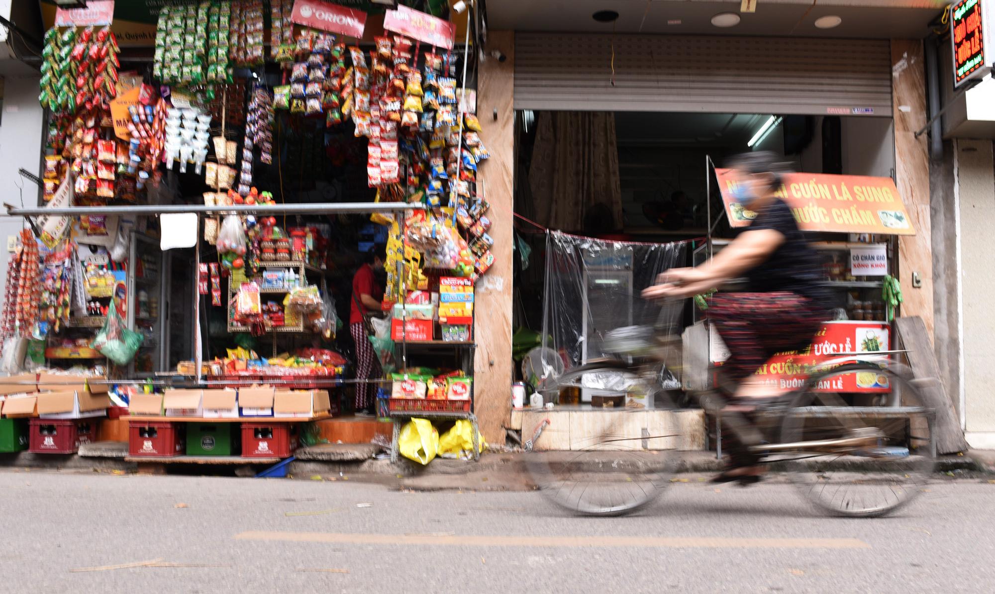 Quán tạp hóa ở Hà Nội làm 'lá chắn' phòng dịch Covid-19 - Ảnh 1.