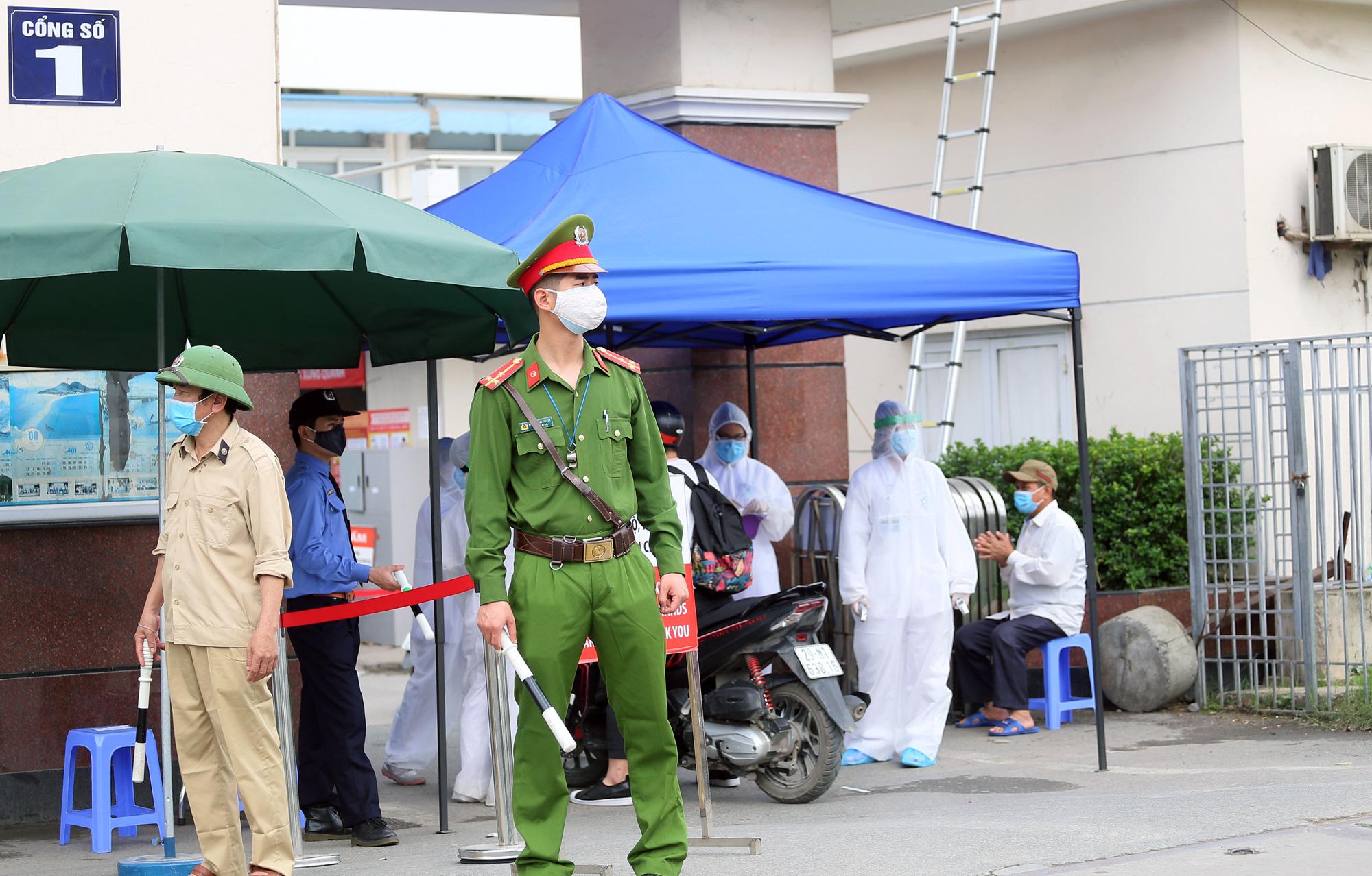 Kiểm soát người ra vào bệnh viện Bạch Mai sau khi phát hiện nhiều ca nhiễm Covid-19 - Ảnh 11.