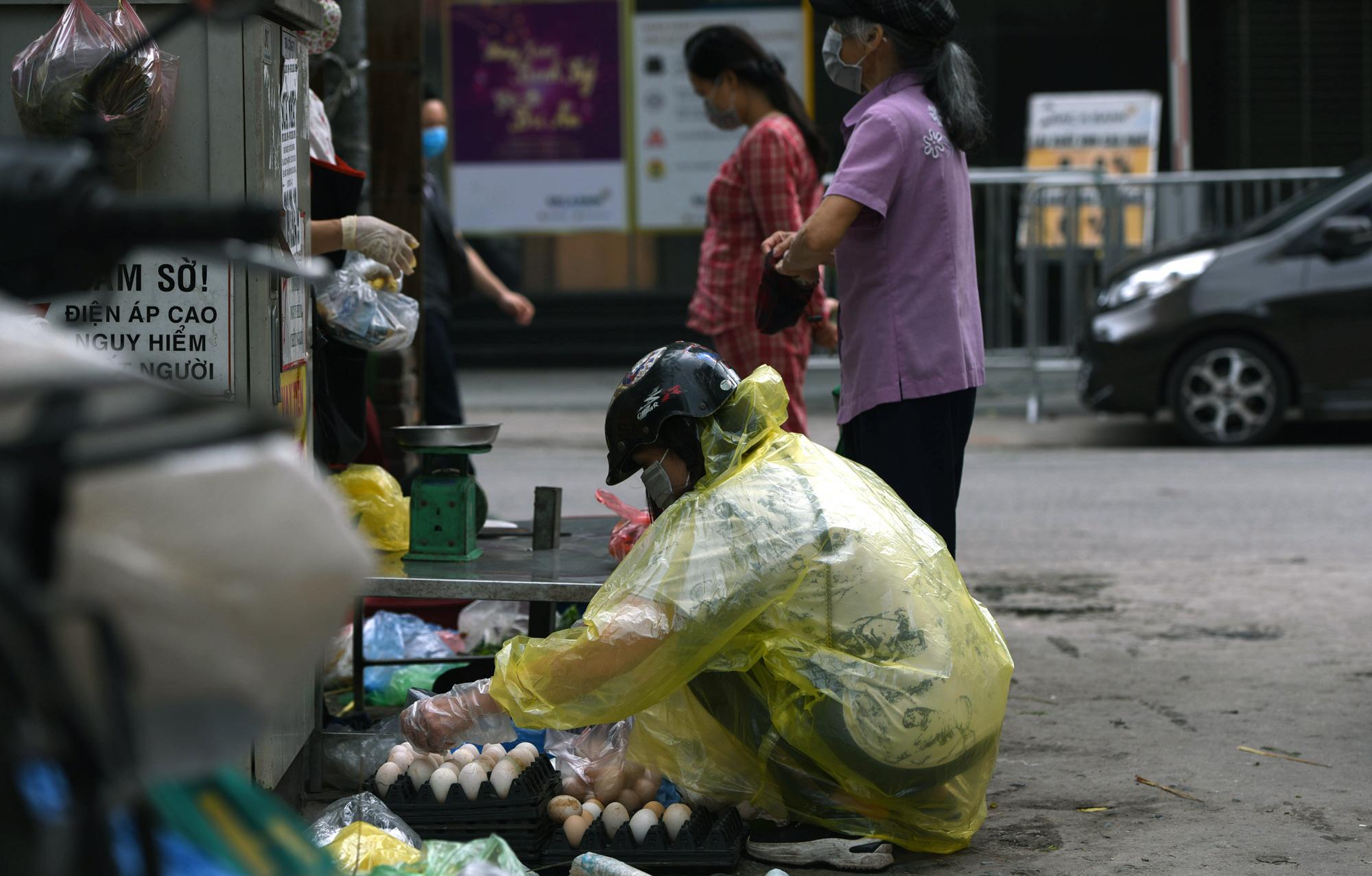 Hà Nội giữa dịch Covid-19: Người dân mặc áo mưa đi mua hàng, nhiều quán cà phê vẫn mở cửa - Ảnh 11.