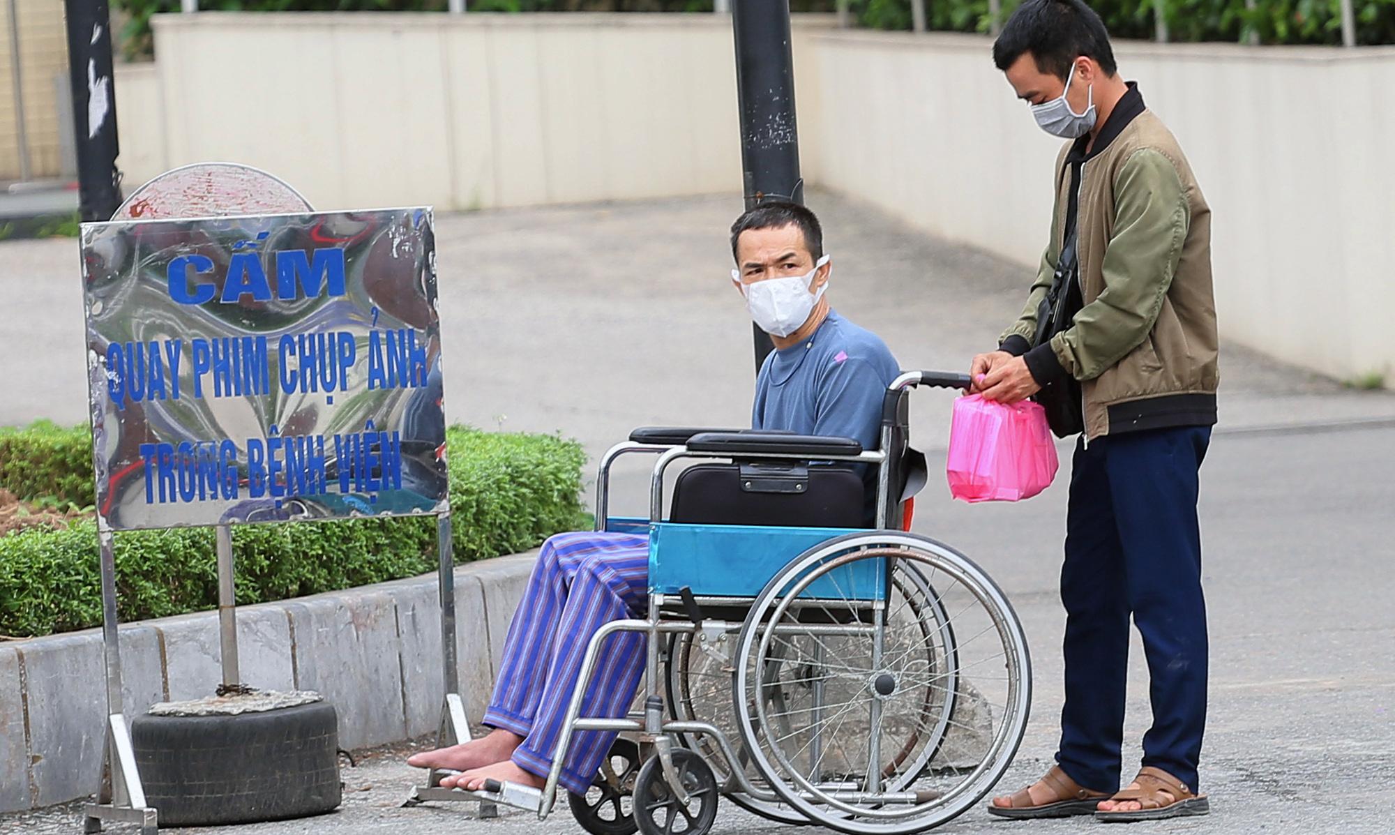 Kiểm soát người ra vào bệnh viện Bạch Mai sau khi phát hiện nhiều ca nhiễm Covid-19 - Ảnh 13.