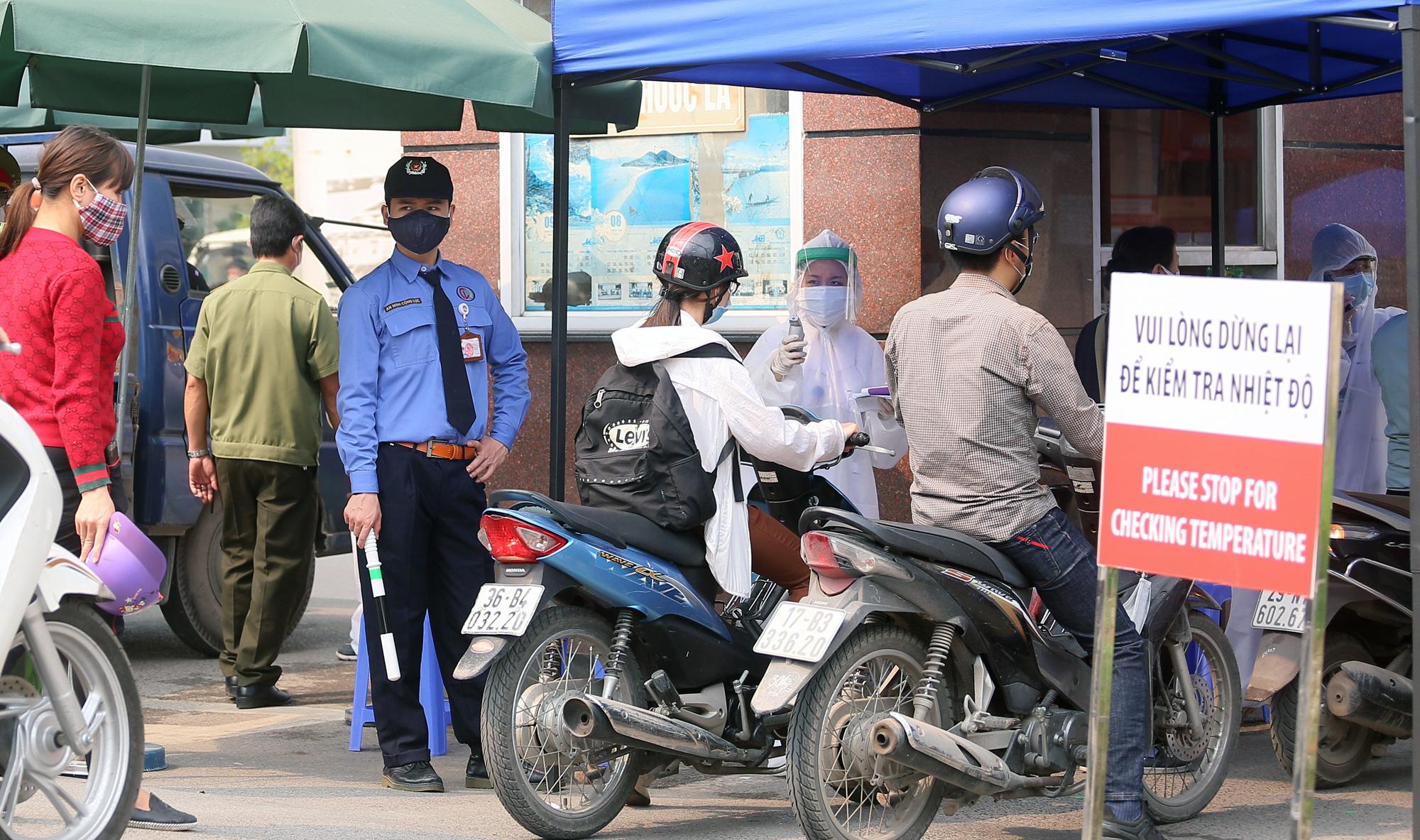 Kiểm soát người ra vào bệnh viện Bạch Mai sau khi phát hiện nhiều ca nhiễm Covid-19 - Ảnh 2.