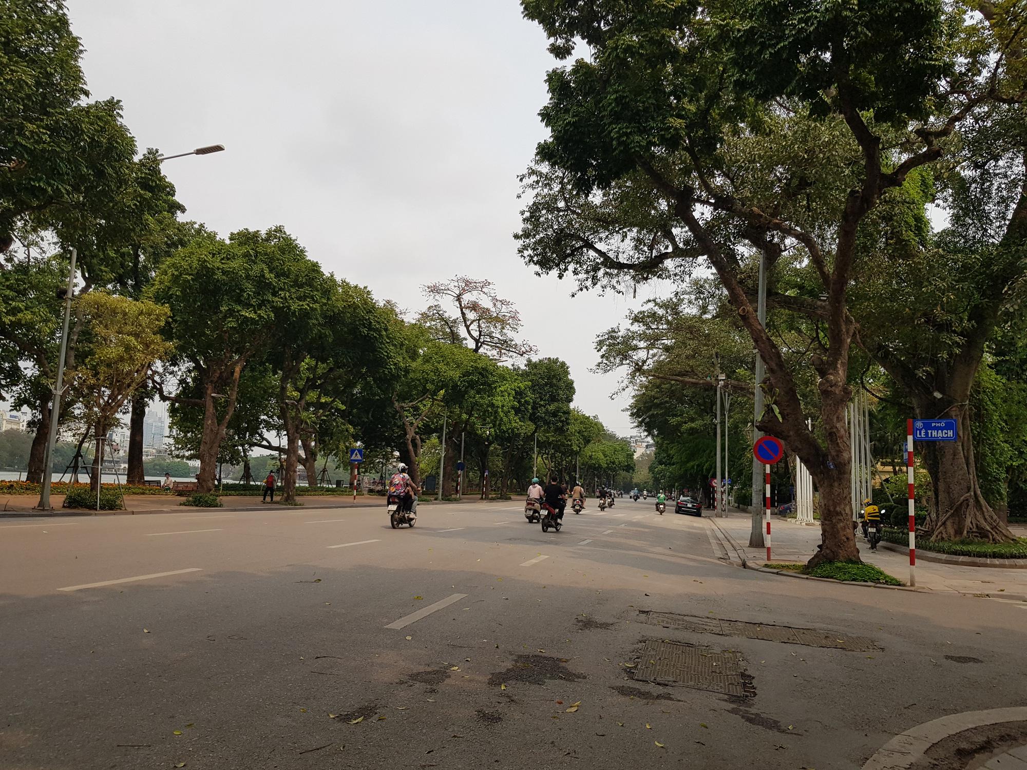 Sau lệnh tạm thời đóng cửa, nhiều đường phố Hà Nội thông thoáng như ngày Tết - Ảnh 1.