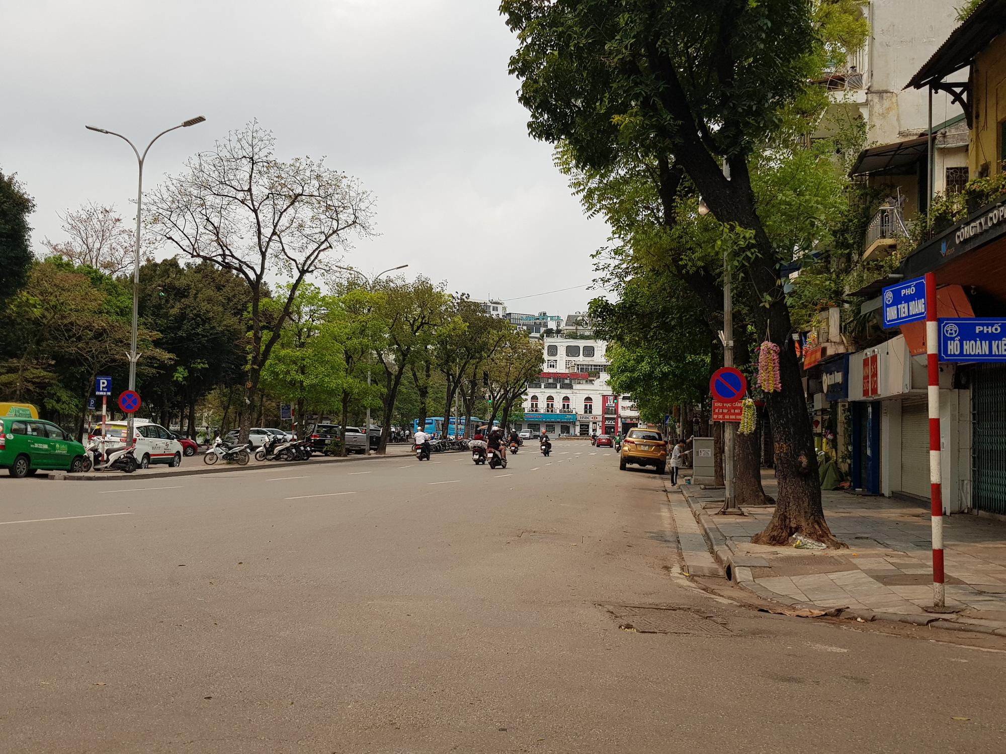 Sau lệnh tạm thời đóng cửa, nhiều đường phố Hà Nội thông thoáng như ngày Tết - Ảnh 2.